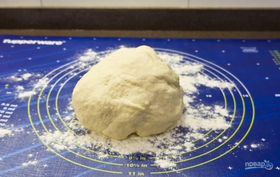 Замешиваем тесто в миске, а потом перекладываем все на стол и замешиваем руками до эластичности.