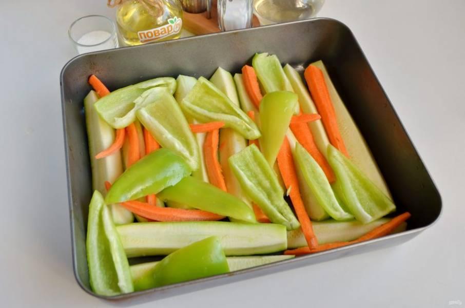 2. Вымойте кабачки, обрежьте хвостики, порежьте на 4 части вдоль. Морковь очистите, порежьте на 4 части вдоль, как кабачки. Сладкий перец вымойте, удалите семена, сполосните внутри и порежьте на 4 части. Смажьте маслом растительным противень глубокий, выложите овощи произвольно, я обычно кладу на низ кабачки, потом морковь, сверху перец.