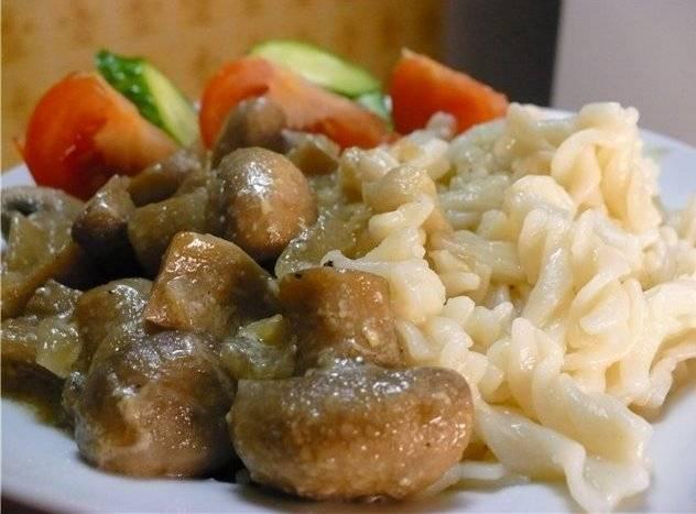 Готовые грибочки получаются безумно вкусными, а сливки загустевают и превращаются в ароматный соус. Кушайте с удовольствием и приятного всем аппетита!