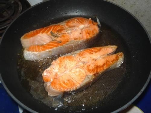 В другой сковородке обжариваем стейки. Стейки жарим на умеренно огне около 10-15 минут, не больше! За обжарку я обычно переворачиваю 4 раза рыбку.