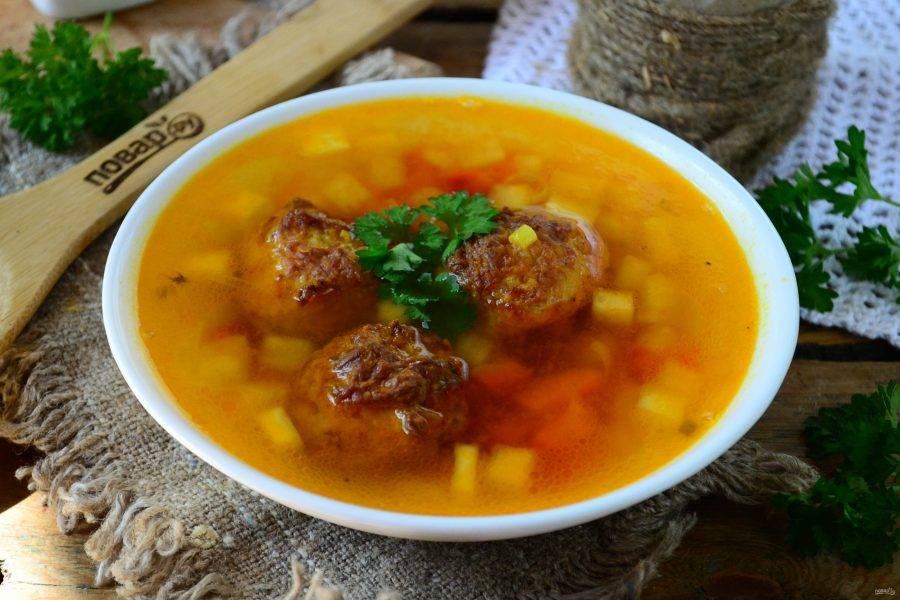 Для подачи налейте суп в тарелки и положите в него фрикадельки. Подавайте горячим с черным хлебом и зеленью. Приятного аппетита!