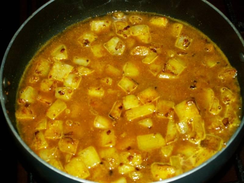 7. Добавляем немного аджики или томатной пасты. Аджика в данном случае подойдет лучше. После этого заливаем стаканом кипяченой воды, добавляем лавровый лист и тушим на слабом огне.
