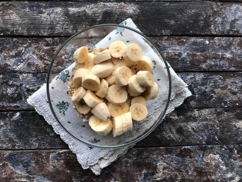 Добавьте нарезанный кружочками банан.