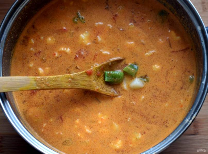 Опустите в суп цветную капусту, доведите до кипения. Добавьте томатную пассеровку и зеленую фасоль. Еще раз дайте закипеть и снимите с огня.