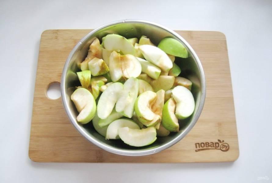 Яблоки помойте, удалите сердцевину с семечками и нарежьте дольками.