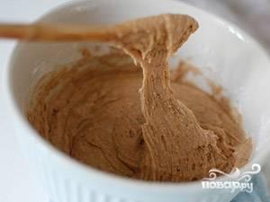 В сухие ингредиенты влейте мёд с молоком, также вбейте яйцо. Хорошо перемешайте.