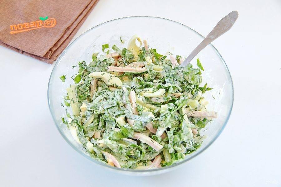 7. Перемешайте. Салат из шпината с ветчиной и яйцами готов.