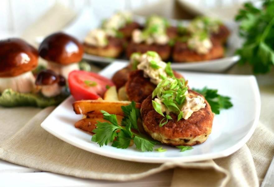 Подавайте котлеты горячими с ароматным грибным соусом. Приятного аппетита!