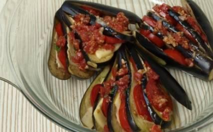 В оставшееся место выкладываем ложкой томатный соус. Запекаем блюдо в духовке 20 минут, температура 200 градусов. Затем присыпаем тертым сыром и запекаем, пока он не расплавится.