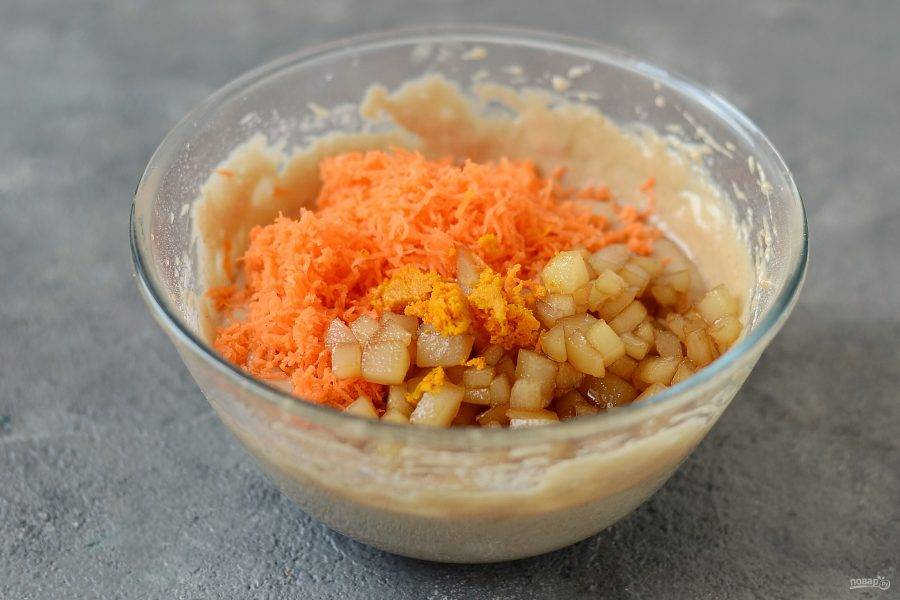Добавьте грушу, морковь и апельсиновую цедру в тесто, перемешайте.