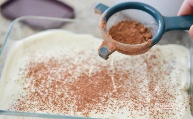 6.Поверх крема снова уложите «Савоярди» и оставшийся крем, украсьте какао порошком и отправьте в холодильник на 6 часов.