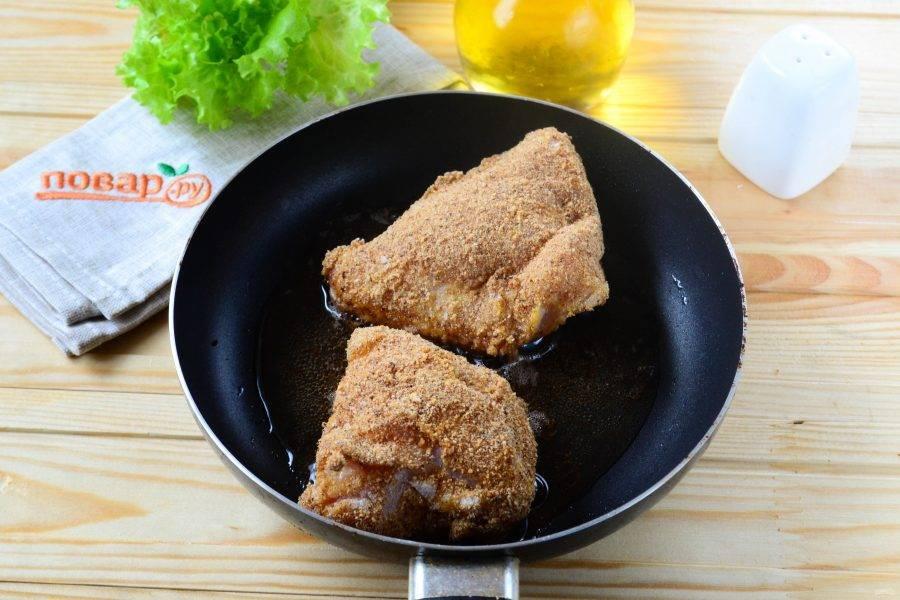 Жарьте курицу на сковороде в большом количестве растительного масла до золотистой корочки.