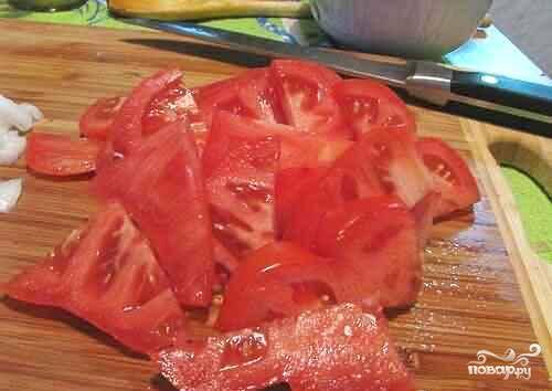 Помидоры можно порезать разными кусками, но не сильно крупно и не сильно мелко, а так же необходимо натереть сыр на терке.