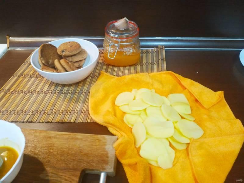 Картошку обсушите с помощью полотенца. Так она не пригорит к форме и сохранит красивый вид.