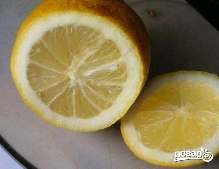 Выдавим сок из лимона и сразу же польем мякоть авокадо, чтобы не потемнела.