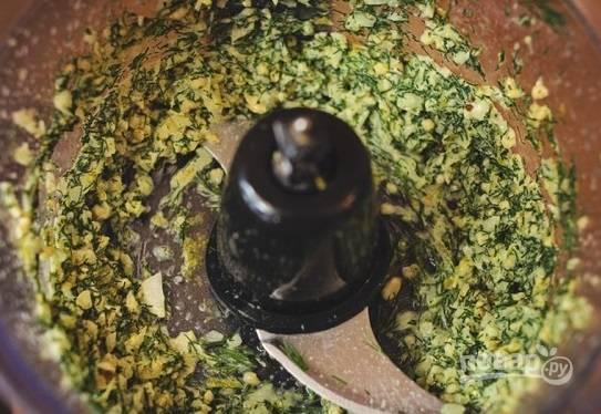 5. Отправьте в чашу блендера сок и цедру лимона, орехи, зелень, лук, добавьте соль, перец и 2 ложки масла. Измельчите все до однородности.