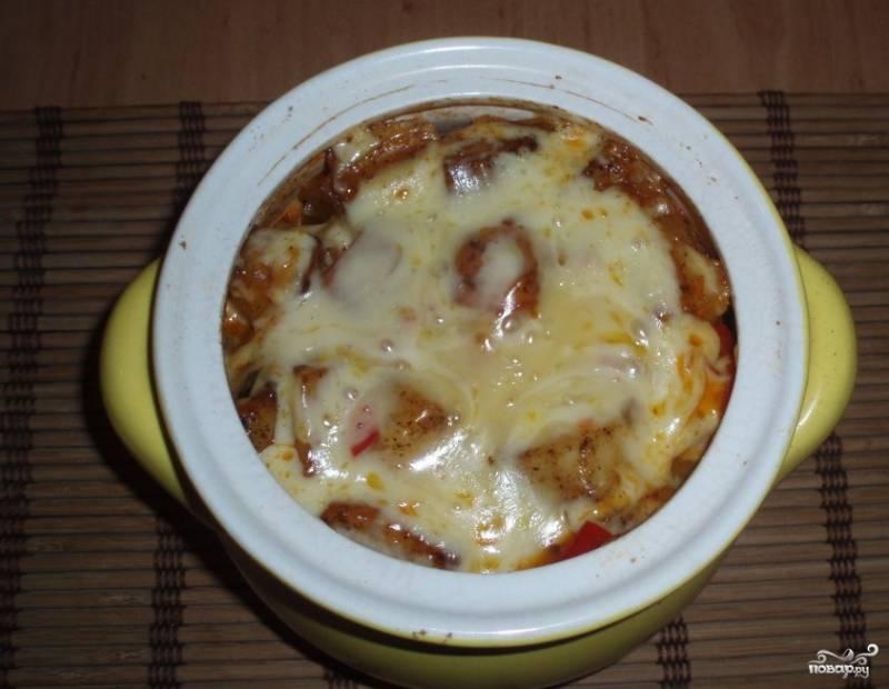 Достав готовое азу, прямо в горшочках посыпаем тертым сыром, можно украсить его свежей зеленью, и подавайте к столу. Кому не удобно кушать из горшочка, тот может переложить его содержимое в тарелки – на качество вкуса это совершенно не влияет.
