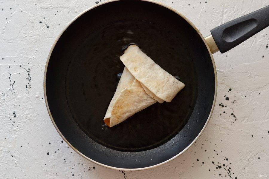 Обжарьте с двух сторон в большом количестве масла. Переложите на салфетку, чтобы лишнее масло впиталось.