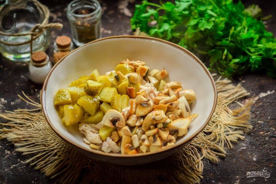 Выложите подготовленные ингредиенты в салатник.