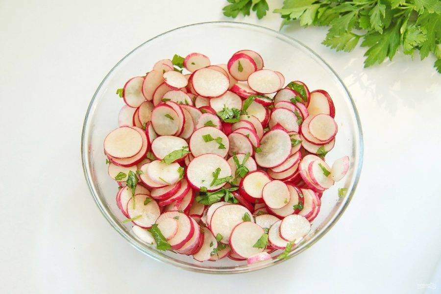 6. Добавьте измельченную петрушку, сахар, соль, оставшийся соевый соус и уксус. Перемешайте и уберите редис в холодильник на 30 минут.