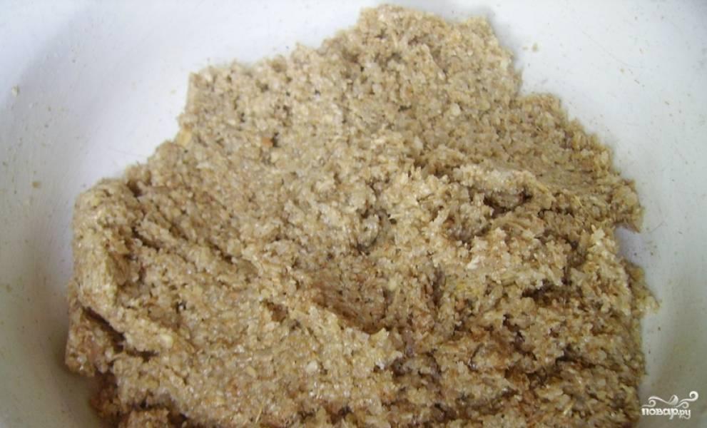 Сливочное масло (комнатной температуры) растирается с сахаром, затем добавляются овсяные хлопья и разрыхлитель. Тщательно перемешиваем тесто до однородной густой массы.
