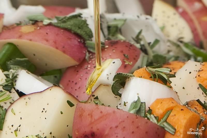 5. Все приготовленные ингредиенты смешайте в большой миске. Посолите, поперчите, добавьте оливкового масла. Еще раз перемешайте.