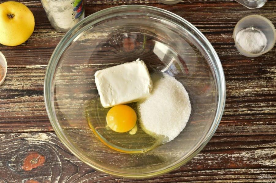 Вбейте яйцо в миску, выложите творог, всыпьте сахар.