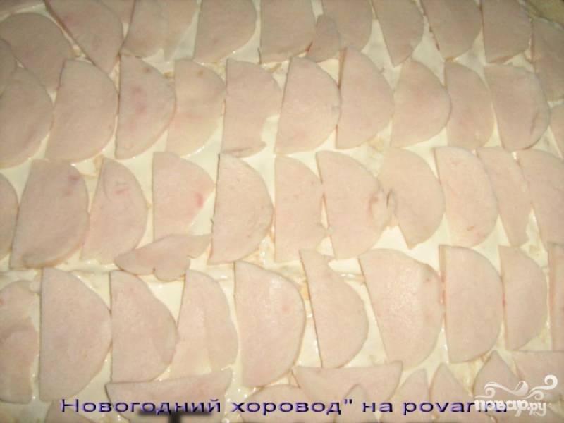 Куриную ветчину нарезаем на тонкие ломтики, выкладываем на лаваш