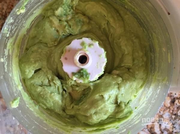 2. Очистите авокадо и чеснок, отправьте в чашу блендера. Добавьте сок лимона, оливковое масло, соль и перец по вкусу. Измельчите до однородности.