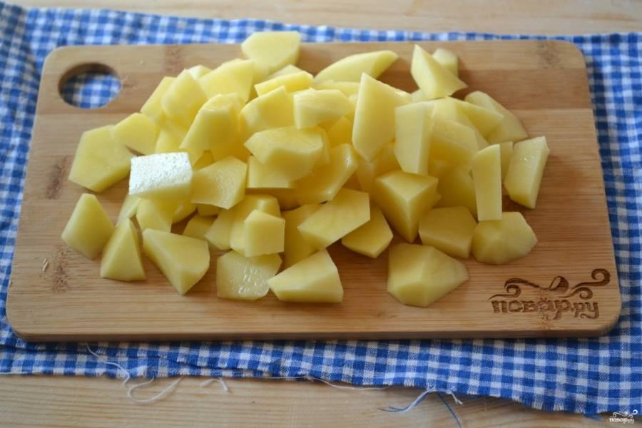 Картофель порежьте на небольшие кусочки и отправте в кипящую воду.