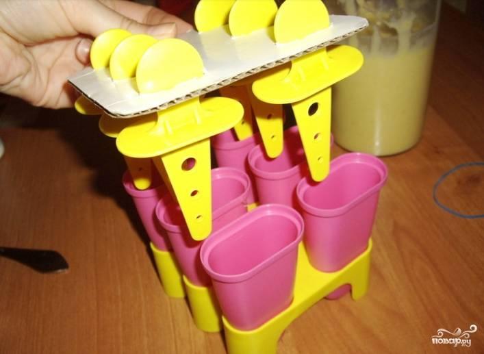3.Манговую и ягодную массы раскладываем по стаканчикам для мороженого, отправляем форму на несколько часов в морозильную камеру.