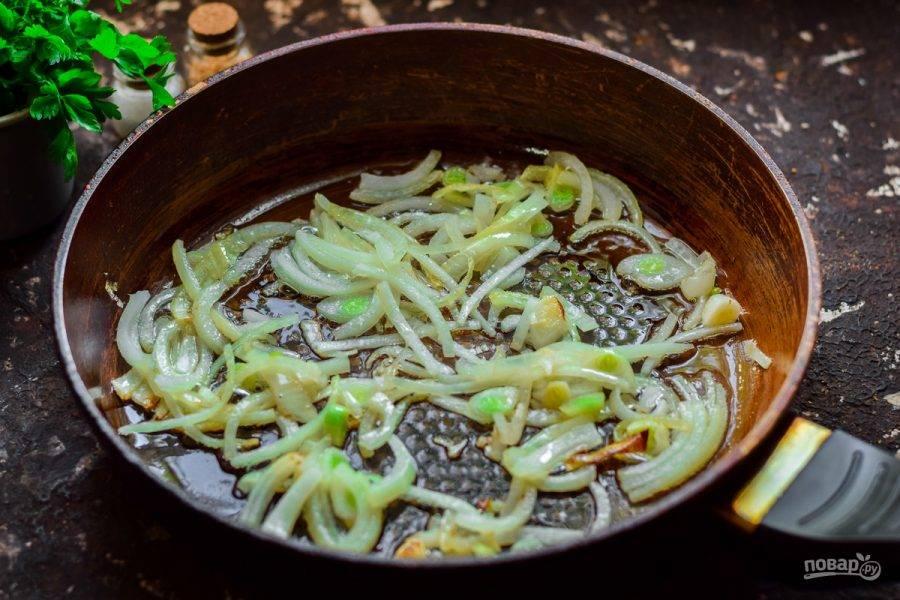 Прогрейте сковороду, смажьте маслом и выложите лук, жарьте 2-3 минуты.