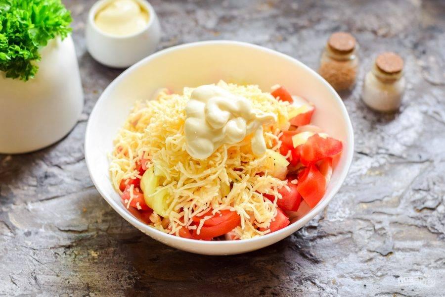 Твердый сыр натрите на мелкой терке и переложите в салат. Заправьте салат майонезом, добавьте соль и перец по вкусу, подавайте к столу.