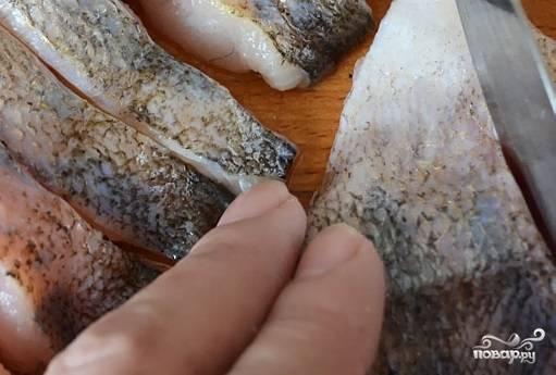 3. Рыбку (вы можете выбрать любую, как белую, так и красную) очистите от косточек и филе, нарежьте небольшими кусочками.