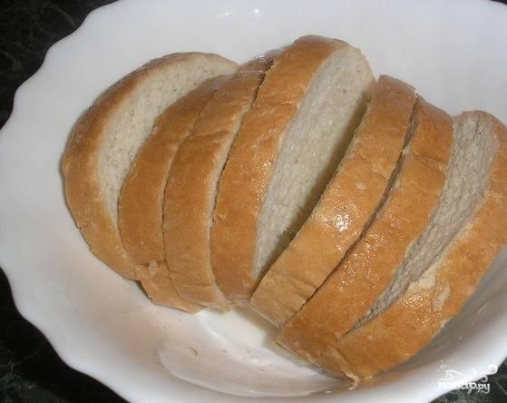 От хлеба в этом рецепте зависит вкус всего блюда, поэтому выбирайте хороший белый батон. Правда, он не обязательно должен быть свежим, черствые кусочки тоже подойдут. Выложите ломтики в глубокую пиалку и залейте молоком. Дайте настояться 10 минут, чтобы молоко полностью впиталось.