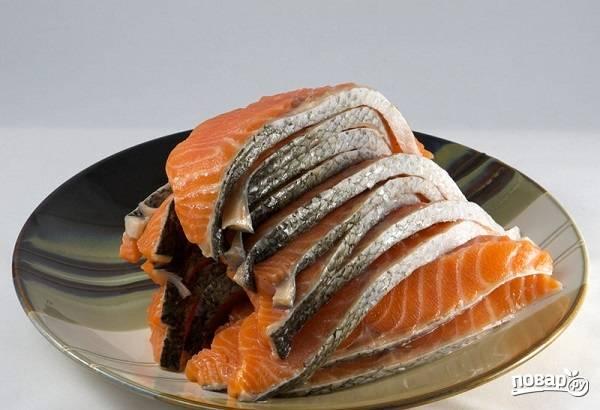 1. Для начала вымойте, обсушите и нарежьте тонкими ломтиками рыбу.