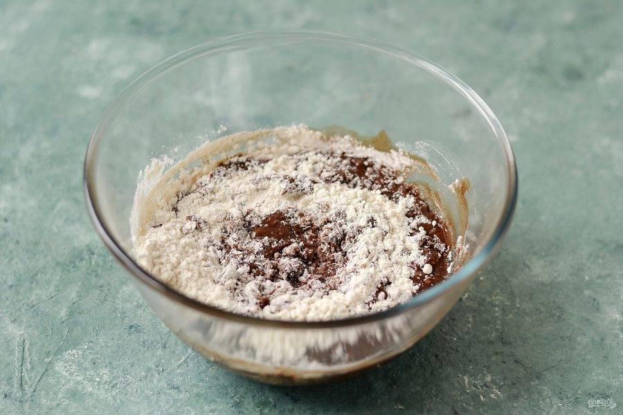 Затем постепенно начните добавлять муку. Замесите однородное эластичное тесто.