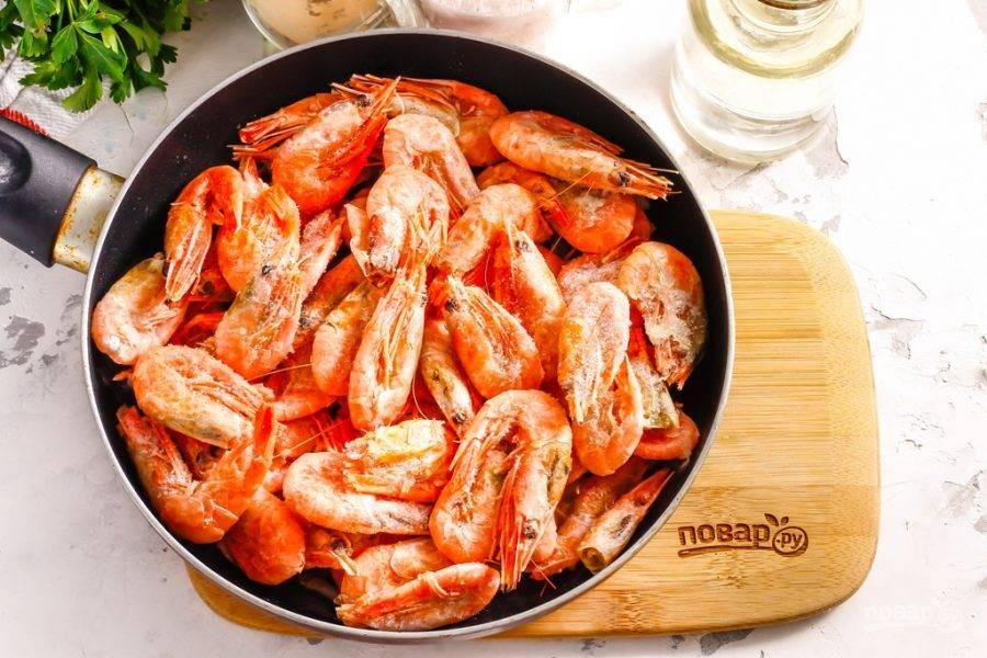 Выложите в сковороду креветки и аккуратно все перемешайте, чтобы овощные нарезки оказались сверху, а креветки — на дне. Томите около 2-3 минут, пока креветки не прогреются и не выпустят жидкость.