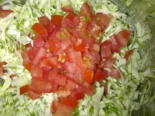 Добавить мелко нарезанный помидор, тертый чеснок. Посолить и заправить маслом.