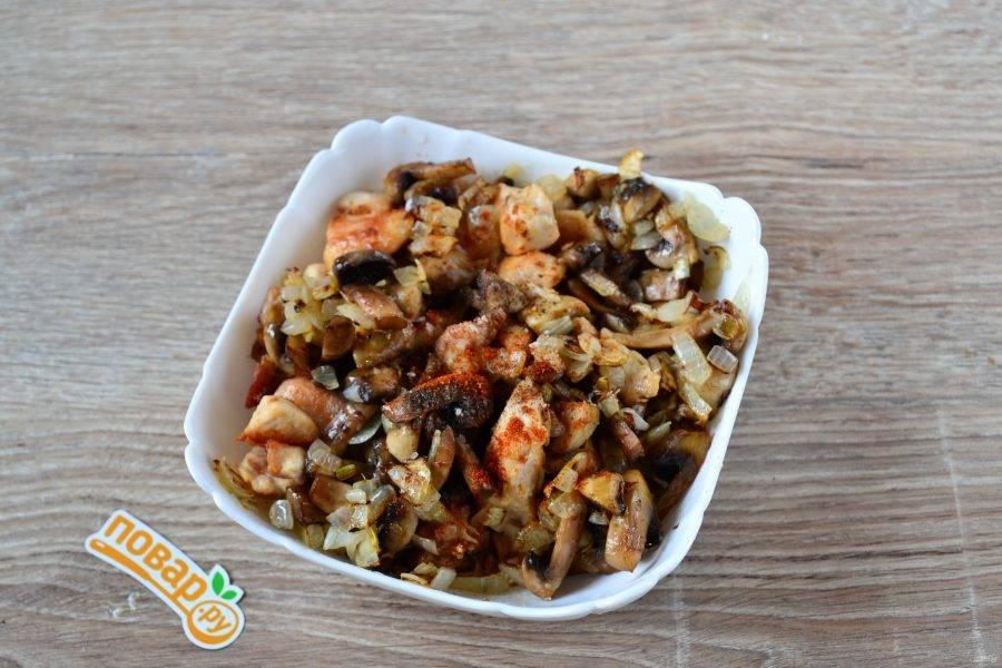 Смешайте вместе обжаренные курицу, грибы и лук, добавьте соль (если вы не солили раньше), перец, порезанный зубчик чеснока, можно добавить паприку или другие специи.