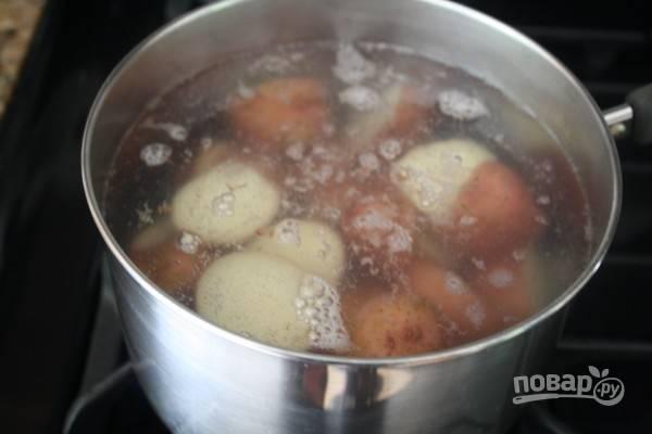 2.Отварите красный картофель до готовности, затем разрежьте пополам. Смешайте с небольшим количеством заправки.