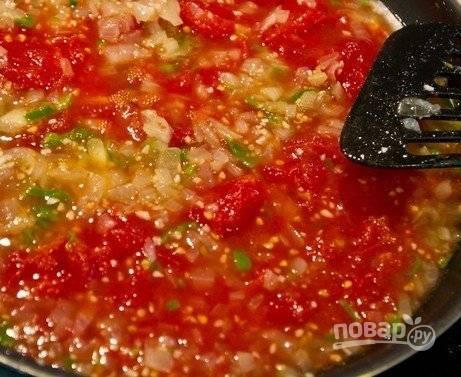 4. Перекручиваем через мясорубку свежие помидоры и добавляем к луку. Через 5 минут добавляем нарезанный мелко болгарский перец.