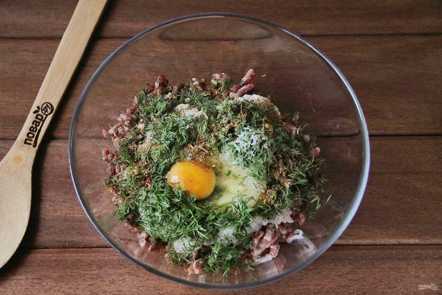 Добавьте любую сезонную свежую зелень, яйцо, соль и любимые специи по вкусу.