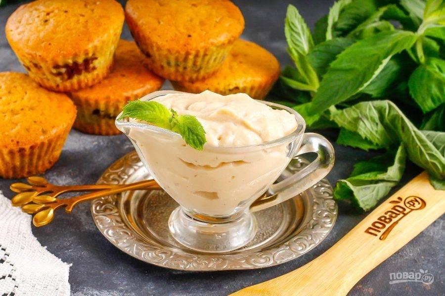 Подайте крем охлажденным или используйте его для украшения кексов, капкейков, тортов или других пирожных.