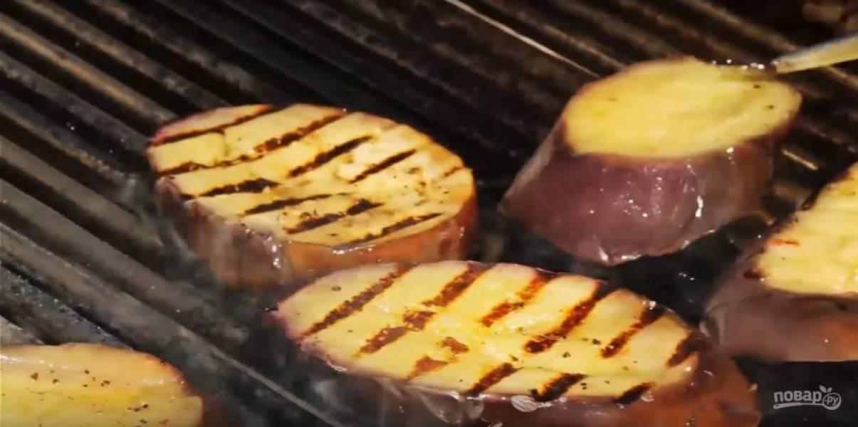 Спустя час достаньте баклажан и разложите его на гриле. Жарить нужно 1-2 минуты с двух сторон. Перед подачей на стол нужно полить лимонным соком и посыпать сыром.