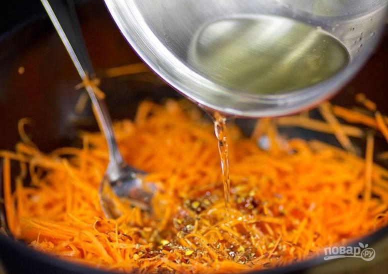 Влейте еще горячее масло к моркови и хорошенько ее перемешайте.