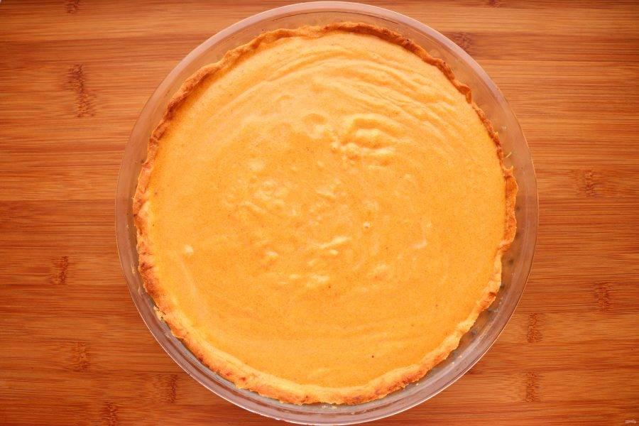 Уменьшите температуру духовки до 190 градусов. Вылейте начинку на корж и запекайте в течение 35-40 минут. Если корж будет сильно румяниться, прикройте верх пирога бумагой для выпечки или фольгой.