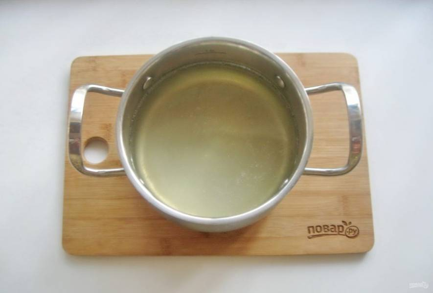 После рыбу выложите из кастрюли на тарелку, а бульон процедите.