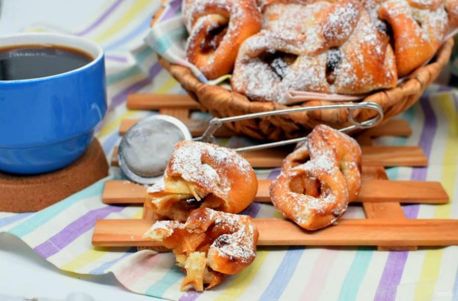Перед подачей посыпьте булочки сахарной пудрой.