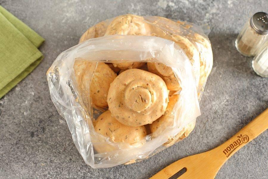 Окуните каждый шампиньон в маринад и переложите в целлофановый пакет.